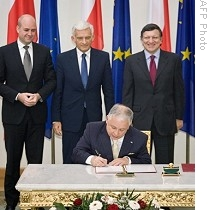 Polish President Lech Kaczynski signs EU's Lisbon Treaty at presidential palace in Warsaw on Oct. 10, 2009